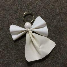 Ängel gjord med vitt reflextyg. Napkin Rings, Diy And Crafts, Glow, Leather, Jewelry, Home Decor, Ideas Para, Fashion, Crafts To Make