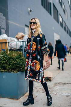 Perfect kimono look Nyfw Street Style, Street Chic, Street Wear, Ethno Style, Estilo Rock, Summer Kimono, Loose Shorts, Kimono Fashion, Tokyo Fashion