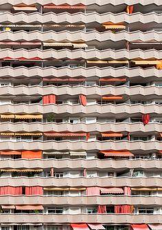 """Edificio de viviendas,1978. Travessera de les Corts, 262-274  Arquitecto: Francesc Mitjans Miró, Josep Soteras Mauri. Foto: Gabi Beneyto. Llibro """"Discordias Barcelonesas"""". www.edetresde.es/es/work-category/libros/"""