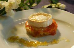 Tostada caliente de queso afinado de cabra de Ambasmestas sobre pan de hogaza de Riolago con tomate confitado a las hierbas frescas y mermelada ácida de piparras.