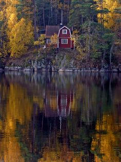 Fall Reflection | A little red house reflected in the water at Övre Rudasjön in Handen