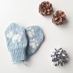 Baby mitten knitting pattern with dogs and paws! ❄ Baby Mittens Knitting Pattern, Knitting Patterns, Knits, Baby Shoes, Dogs, Animals, Knit Patterns, Animales, Animaux