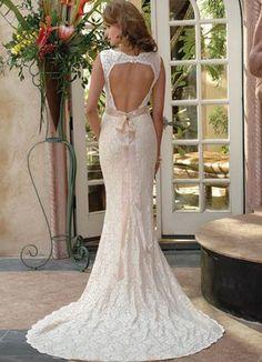 Dolga čipkasta poročna obleka z odprtim hrbtom