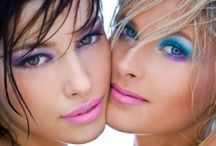 Ik had alleen de roze lippenstift maar iig was het in de jaren 80 erg in om enorm felle en vaak veel make up te gebruiken. Vooral de blauwe mascara, felroze lippenstipt en blauwe oogschaduw was populair. Yeks!