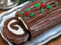 Fast and Easy Christmas Yule Log Cake - Country Recipes Style country chocolat mariage cake cake country cake recipes cake simple cake vintage Chocolate Yule Log Recipe, Chocolate Roll Cake, Chocolate Recipes, Delicious Chocolate, White Chocolate, Chocolate Glaze, Holiday Baking, Christmas Desserts, Holiday Treats