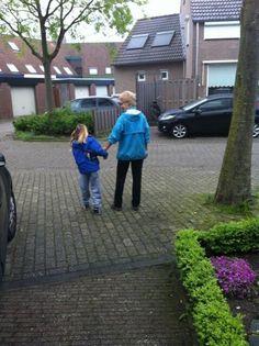 Noor (7 jaar) traint met haar oma Gemma van Dongen voor de Heldenrace. Steun Noor Vermaas: http://heldenraceamsterdam2013stichtingderegenboogboom.alvarum.net/noorvermaas