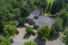 Liempde, Smidsepad 44 & 46 - Op circa 15 autominuten van Eindhoven en 's-Hertogenbosch en op circa 17 autominuten van vliegveld Eindhoven, aan de dorpsrand van Liempde, met zowel de dagelijkse voorzieningen als de natuur binnen handbereik, ligt deze fraaie 'Bossche School'-villa inclusief 2e woning c.q. praktijkruimte, met op de begane grond een royale living met serre, moderne designkeuken en wijn-/provisiekelder, verrassende studeerkamer nabij entree, bibliotheek en 2e…