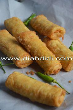 Diah Didi's Kitchen: Sosis Solo Goreng Balut Telur Indonesian Desserts, Indonesian Cuisine, Asian Desserts, Wrap Recipes, Asian Recipes, Snack Recipes, Cooking Recipes, Prawn Noodle Recipes, Diah Didi Kitchen