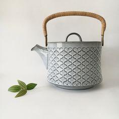 Quistgaard (IHQ) Cordial Teapot, Kronjyden/Nissen Stoneware, 1970s, Danish Mid Century by RetroDane on Etsy https://www.etsy.com/dk-en/listing/465057947/quistgaard-ihq-cordial-teapot
