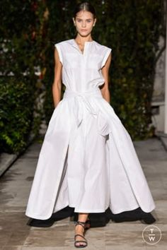 Fashion Week Paris Spring/Summer 2018 look 11 from the Pascal Millet collection womenswear Fashion Now, Urban Fashion, Fashion Dresses, Dressy Dresses, Cute Dresses, Summer Dresses, Classy Work Outfits, Fall Outfits, Uniform Dress