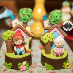 Pela estrada à. Fora eu vou bem sozinha.... cenários para ju ♡ #chapeuzinhovermelho #vermelho #festachapeuzinhovermelho #lobomal #anitta #festainfantil #festademenina #diadasmaes #girl #justinbieber Cookies Rosa, Rose Cookies, Bolo Sonic, Disney Cakes, Drip Cakes, Cupcakes, Red Riding Hood, Fondant Cakes, Little Red