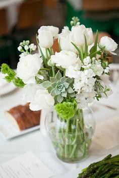elegante tischdeko mit tulpen weißen blumen sukkulenten glasvase
