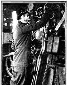 Por primera vez, una mujer manejaba una máquina de tren. Estamos en 1929. Pilar Careaga y Basabe realizaba sus prácticas de ingeniería industrial en el ferrocarril. Y no dudó en ponerse el mono de trabajo y conducir una 4.700 de la compañía... Norte