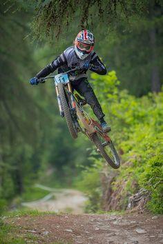 Mountain Bike Shred - Mountain biking in the forest - Freeride Mountain Bike, Freeride Mtb, Mountain Biking Women, Mountain Bike Trails, Downhill Bike, Mtb Bike, Bicycle, Velo Dh, Montain Bike