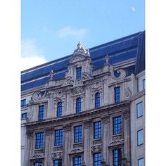 Rather majestic, non? #brussels #brussel #bruxelles #belgium #belgique #belgië #brusselsarchitecture #bxl #instabxl #centreville #centrum #buildings #majestic #grand #moon #lune #maan #sky #ciel #hemel #clouds #nuages #wolken #blue #bleu #blauw #nofilter (at Sinter-Goedeleplein)