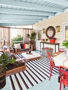 überdachte Holz Veranda hellblaue farbe decke boden teppich