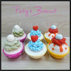 Cupcake falso para vitrine ou uso decorativo. Reproduzido em tamanho real. Podem vir com ou sem furo para topper (especifique no ato da encomenda). <br> <br>Produto sob encomenda. Valor unitário. <br>Material: biscuit. <br>Altura aproximada: 07cm. <br> <br>Todas as peças da loja Paty's Biscuit são feitas à mão, de forma 100% artesanal e sem o uso de moldes. As peças são passíveis de personalização, e também faço outros modelos que não constam na loja; entrem em contato para verificar…
