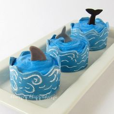 Wrap Your Ocean Themed Cupcakes in Edible Cupcake Wrapper Waves by Hungry Happenings. These cupcakes will require the use of a fork to eat them, but the modeling chocolate is nice and soft and easy to cut through and eat. Ocean Cupcakes, Beach Theme Cupcakes, Themed Cupcakes, Cute Cupcakes, Whale Cupcakes, Thanksgiving Cupcakes, Snowman Cupcakes, Cupcake Cookies, Shark Cookies
