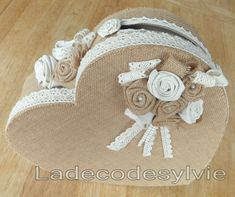 Urne coeur en toile de jute, dentelle, fleurs en tissu et Toile de jute