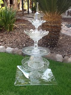 garden totems made of crystal Glass Garden Flowers, Glass Plate Flowers, Glass Garden Art, Flower Plates, Glass Art, Clear Glass, Garden Crafts, Garden Projects, Yard Ornaments