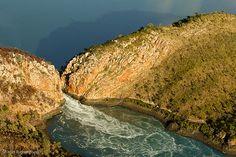 Las cascadas horizontales  Las cascadas horizontales, apodadas como «Horries», es el nombre que se le ha dado a un fenómeno natural inusual en la costa de la región de Kimberley en Australia occidental, donde el flujo de la cascada es horizontal en lugar de vertical.  Pese a su nombre, las Cascadas horizontales son un flujo mareas de agua rápida que circula a través de dos gargantas estrechas alineadas en McLarty Range, en la Bahía de Talbot.