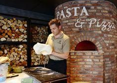Nieuwe werelden La Place introduceert in Leiden een geheel nieuw productaanbod, gepresenteerd in verschillende werelden. Zo kan de gast genieten van dagverse vis, brood en #pizza's uit #houtgestookte ovens. Er is ook een pizza, #pasta en maaltijdsalade van de dag verkrijgbaar. Italian Pizza Oven, Pizza Kitchen, Leiden, Ovens, Restaurants, Interior Design, Nest Design, Home Interior Design, Stoves