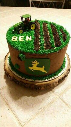 John Deere Cake … Briar will need this cake for first bday! Tractor Birthday Cakes, Farm Birthday, Tractor Cakes, Birthday Ideas, Purple Birthday, John Deere Party, Deer Cakes, Decoration Patisserie, Farm Cake