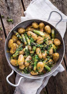 Uunissa paahdettuja uusia perunoita parsalla. Salaatin viimeistelee sinappinen kastike ja kevätsipuli.