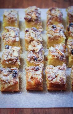 Crumb cake with apples, almonds and raisins - crumb cake alle mele, mandorle e uvetta Banana Bread Recipes, Apple Recipes, Sweet Recipes, Cake Recipes, Italian Cake, Italian Desserts, Plum Cake, Dessert Bars, Coffee Cake