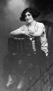 """Paquita Bernardo apodada """"La Flor de Villa Crespo"""" (1 de mayo de 1900, Buenos Aires, Argentina - 14 de abril de 1925), Buenos Aires, cuyo nombre verdadero era Francisca Cruz Bernardo fue una compositora de tangos y la primera bandoneonista profesional argentina."""
