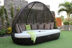 Whether it is a comfortable lounger or a cosy seat for friends, turn your garden into a wellness area! With this quality rattan day bed from ATC Furniture, your terrace, balcony, sauna, or your garden willl never look the same!