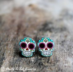 From an Etsy artist. Also check out jillyjilljewelry on Etsy. Sugar Skull and Daisies Post Earrings by PrettyInInkJewelry Skull Jewelry, Cute Jewelry, Jewelry Box, Jewelry Accessories, Jewlery, Etsy Jewelry, Bling Bling, Sugar Skull Earrings, Maquillage Halloween