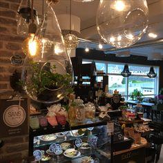 Kafeen vår Coffee Maker, Kitchen Appliances, Table Decorations, Furniture, Home Decor, Coffee Maker Machine, Diy Kitchen Appliances, Coffee Percolator, Home Appliances