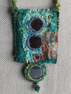 Collier /Pendentif textile talisman amulette nuances de
