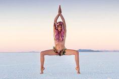 Невероятная гибкая девушка  Красота и гибкость женского тела. Потрясающая гибкость человеческого тела, когда сложно понять, что где находится. Девушка инструктор, преподающая йогу для людей страдающих депрессией. #красотаспасетмир #женщина #девушкам  https://mensby.com/photo/instagram/7517-the-incredible-flexible-girl