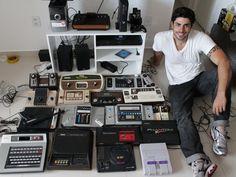 Apaixonado por videogames, o web designer alagoano Tom Carvalho, de 29 anos. reuniu uma coleção com 29 modelos raros. #games #videogame #console #colecao