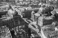 """Bucureşti Vedere aeriană pe Calea Victoriei, începutul anilor 20   În stânga Palatul Poștelor și Biserica Zlătari. În dreapta, Palatul CEC, încadrat de blocul Prager și Hotel de France. În plan îndepărtat, maidanul pe care urma să se construiască Palatul Senatului (azi blocul Turn sau Gioconda), bisericile Sf. Spiridon Vechi și Sfinții Apostoli, precum și Sala de Tir și Gimnastică (""""de dare la semn"""") care, modificată la sfarsitul anilor '20, a devenit Teatrul Regina Maria și în anii '50, a…"""