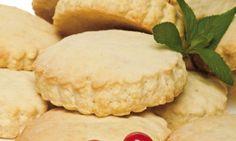 Galletas caseras   Ingredientes  Para 40 galletas: 1/2 kg de harina 170 g de mantequilla 170 g de azúcar 1 huevo 170 ml de leche 8 g de levadura en polvo (medio sobre) grosellas hojas de menta