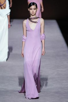 Love the color and the cut, but not enamored of the chains. Tom Ford Fall 2019 Ready-to-Wear Collection - Vogue Fashion Runway Show, Dolly Fashion, Vintage Couture, Couture Dresses, Tom Ford, Beautiful Outfits, Beautiful Clothes, Boho, Playing Dress Up