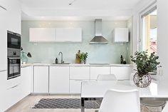 Välkommen till denna underbara och renoverade gavel-2:a med alla rätt. Lägenheten har ett totalrenoverat kök med öppen planlösning mot vardagsrummet. Mycket stabil och välskött förening med låga av...