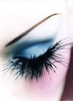 Feather eye make-up Makeup Art, Hair Makeup, Makeup Eyes, Feather Eyelashes, Fake Lashes, Spider Lashes, Behind Blue Eyes, Make Up Inspiration, Maquillage Halloween