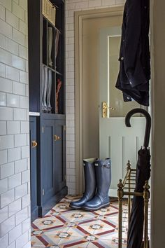 Amazing patterned tiles and beautiful fitted Classic English furniture in this stylish boot room by deVOL. Boot Room Utility, English Interior, Interior And Exterior, Interior Design, Exterior Doors, Scandinavian Interior, Mudroom, Entryway Decor, Decoration
