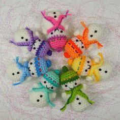 Free Teeny Tiny Snowmen amigurumi crochet pattern, by Moji-Moji Design