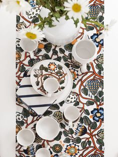 Outdoor dining tips with Marimekko and the Tiara pattern designed by Erja Hirvi.