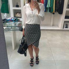 Work outfit. Look de trabalho com camisa branca e saia listrada
