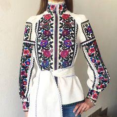 Читайте також також Неймовірні вишиванки від Юлії Магдич Схеми та ідеї чоловічих вишиванок Ідеальна вишита сукня! 40 ІДЕЙ ПИСАНОК ВИШИТИХ БІСЕРОМ Вишиті писанки. І такі … Read More High Fashion Dresses, Stylish Dresses, Hijab Fashion, Trendy Outfits, Fashion Outfits, Womens Fashion, Embroidered Clothes, Red Skirts, Look Chic