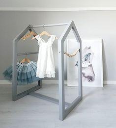 Så vansinnigt roligt att bygga och fixa! Vilket team vi är @josefinwilhelmsson Nu har Elsa en ny klädhängare och där är tanken att barnens maskeradkläder ska hänga ________________ #barnrum #barnrumsinspo #kidsroom #kidsinspo #barnerom #mittbarnerom #barnerommet #flickrum #pojkrum #nordickidsliving #barneskatter #finabarnsaker #ljuvaknatteting #mrsmighetto #klädhängare #diy #klädhus