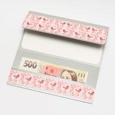 16. Dárkový obal nejen na peníze - 10x19 CHIYOGAMI Chcete svým blízkým darovat peníze, darovací poukaz, vstupenku na koncert....... prostě cokoliv, co lze vložit do obálky a obálka Vám přitom připádá fádní a nezajímavá? Pak doporučujeme využít naše dárkové pouzdro Pouzdro je vyrobeno z tvrdého kartonu s metalickým efektem a následně dozdobeno scrapbookovým papírem. ...