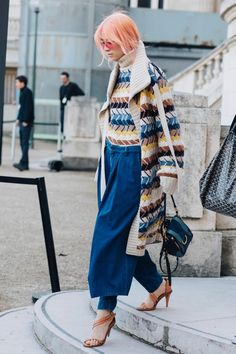 ピンクヘアー。ブルーのパンツ。ハイウエスト。海外ストリートファッション