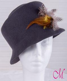 Sombrero Soho. Sombrero años 60 en fieltro de lana gris decorado con plumas y broche de mariposa. www.monetatelier.com